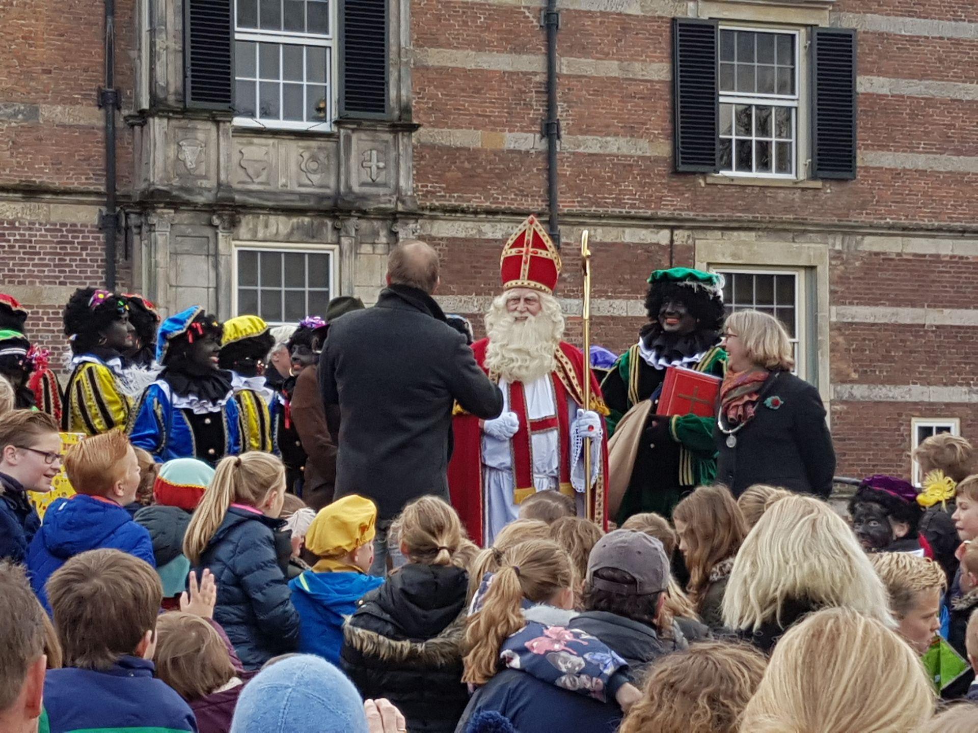Video: Honderden kinderen onthalen Sinterklaas bij Kasteel Twickel