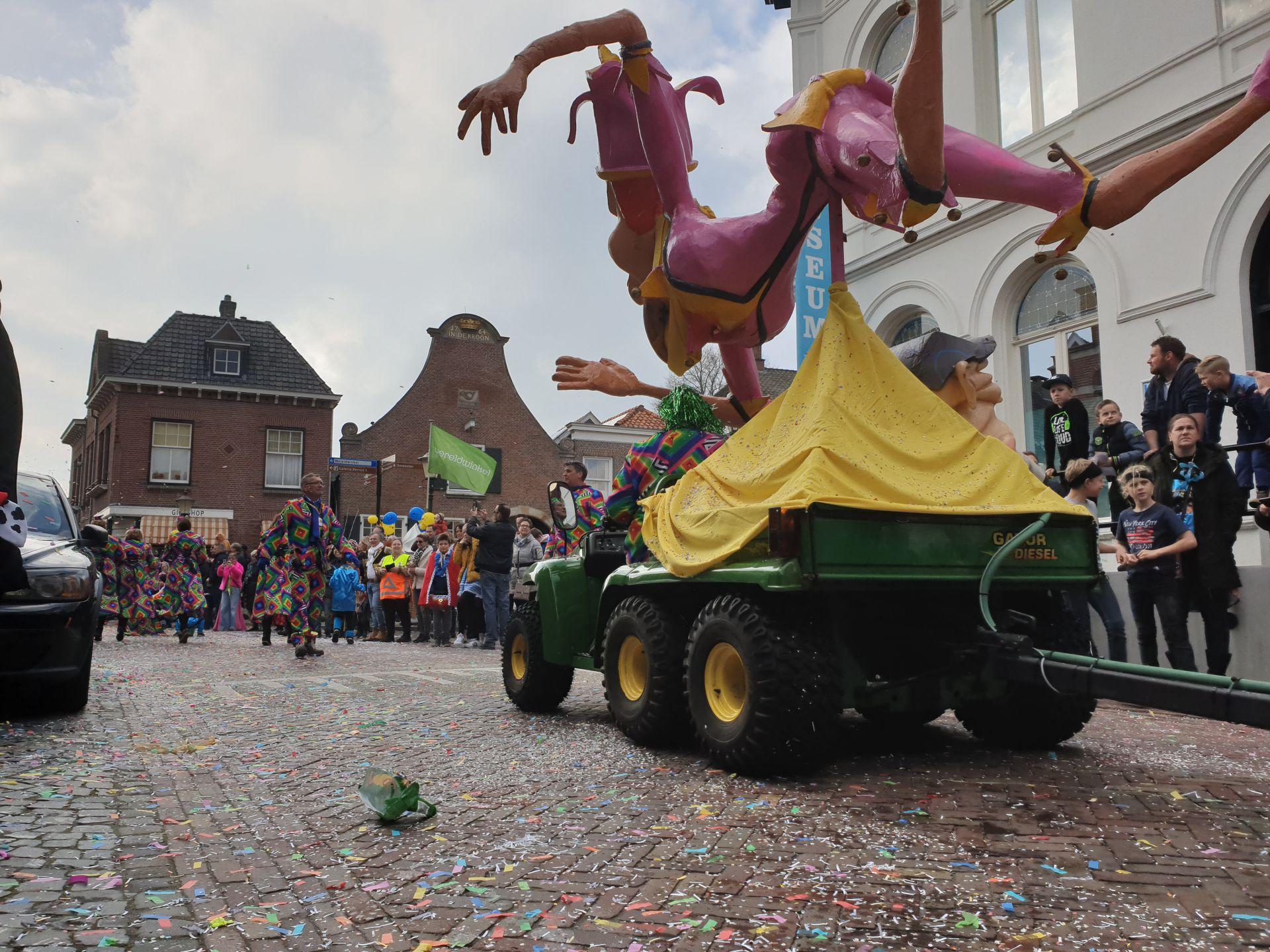 Video: Kleurrijke Carnavalstoet trekt door centrum van Delden
