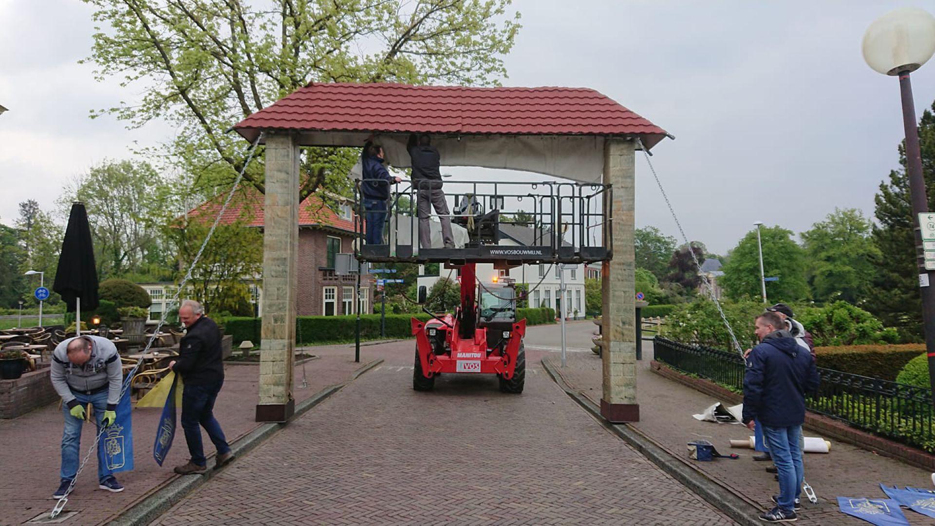 Goorsepoort en Woolderpoort weer geplaatst in centrum Delden