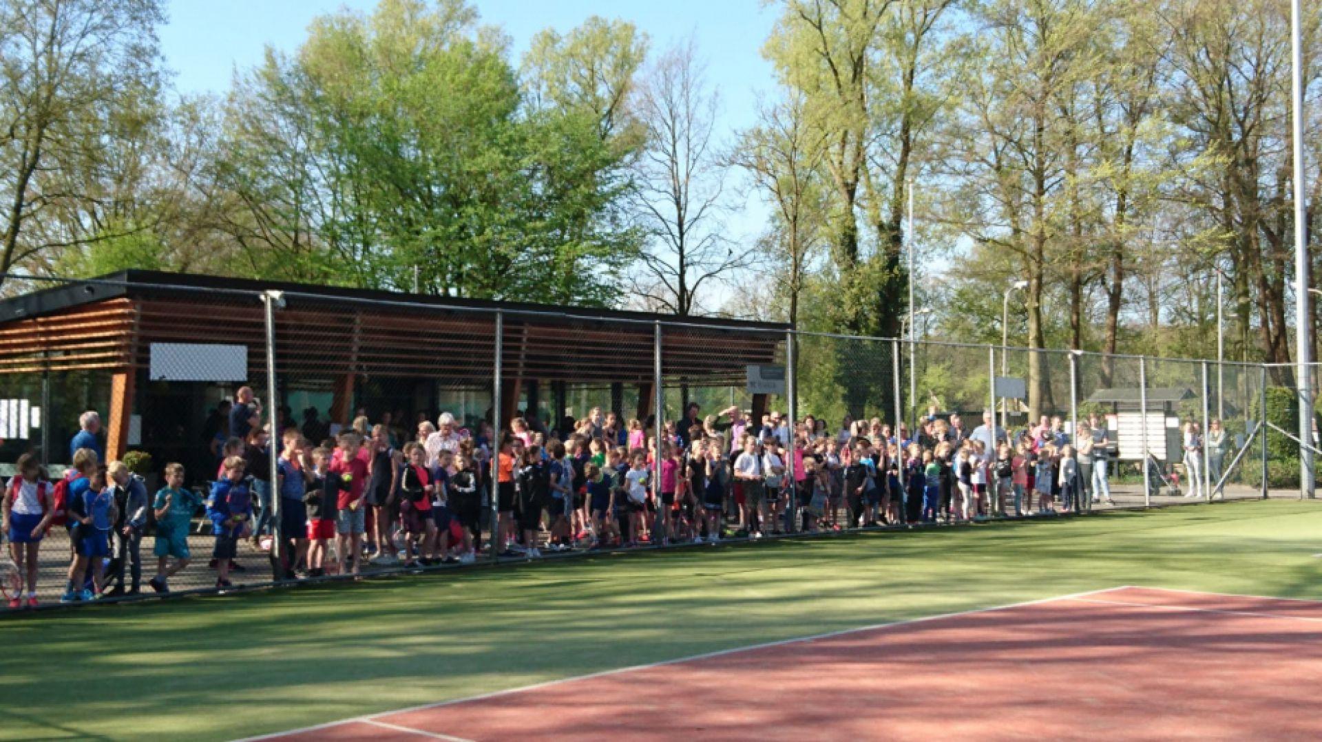 Grote deelname aan jaarlijks schooltennistoernooi Delden