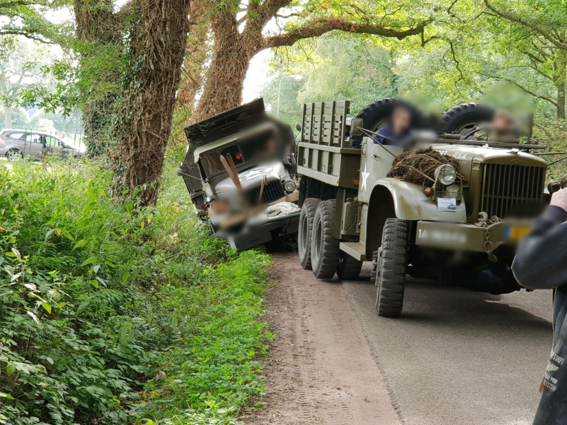 Legervoertuig raakt van de weg in buitengebied Delden