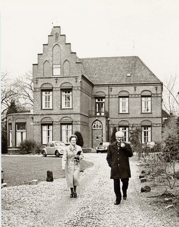 De geschiedenis van Delden in Beeld - Pastoor J.W. Bos bij pastorie
