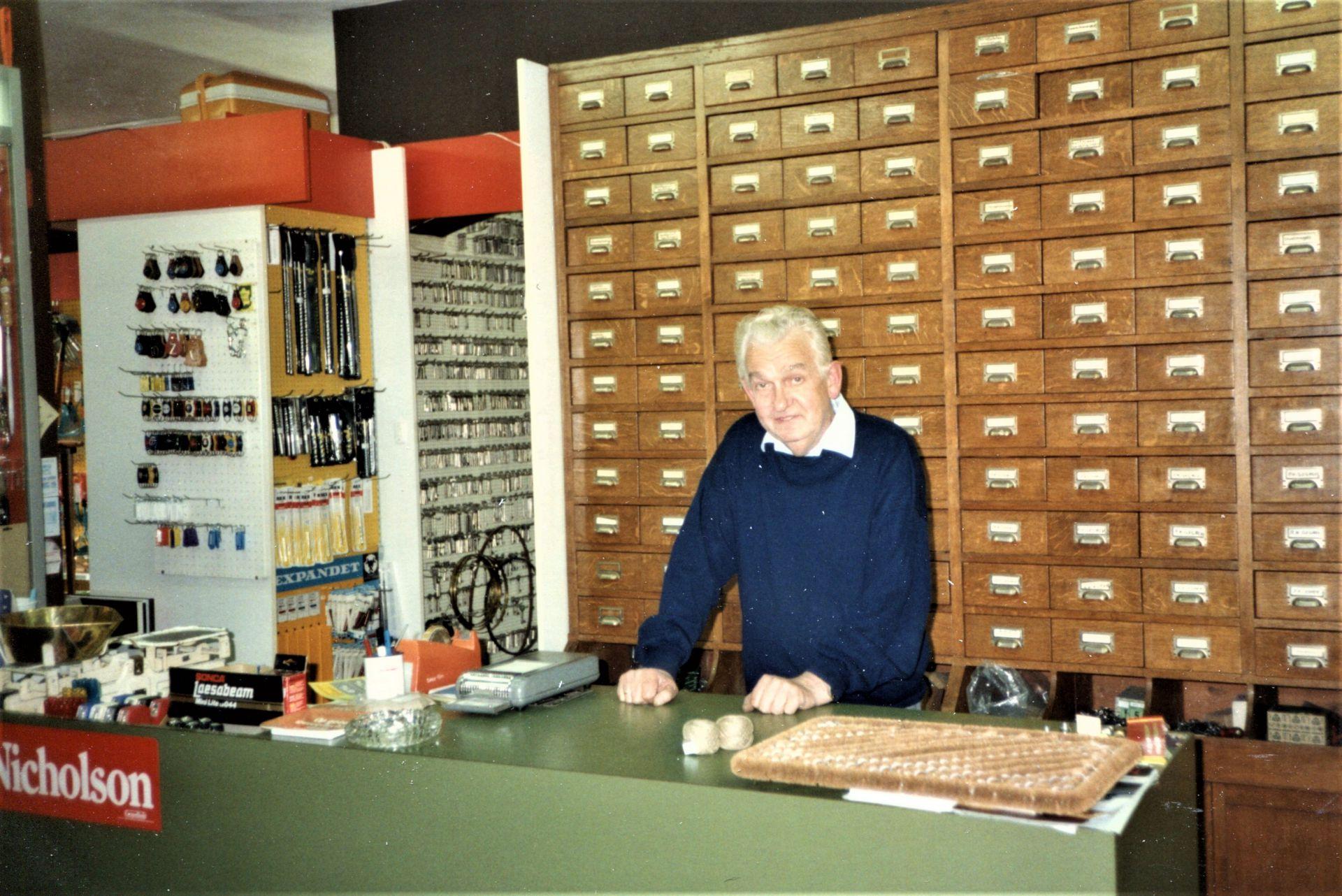 De geschiedenis van Delden in Beeld - Gerrit Bussink in zijn ijzerwarenwinkel