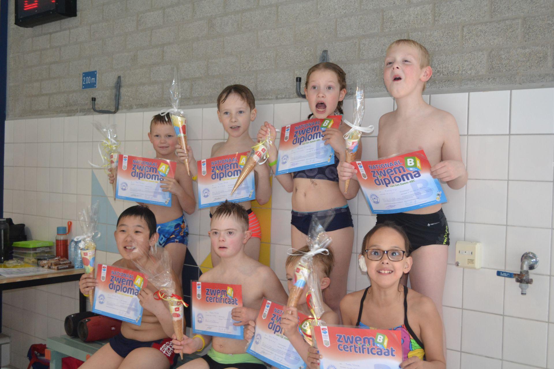 Nieuwste lichting Zwempunt Delden geslaagd voor diploma