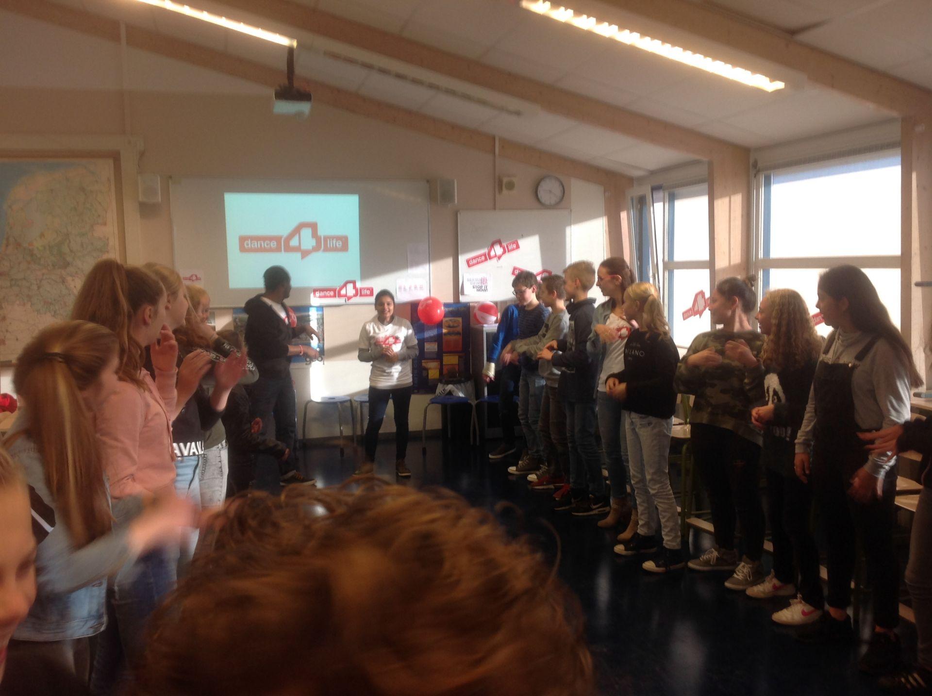 Leerlingen Twickelcollege Delden dansen 2 uur bij kerstactie tegen seksueel geweld