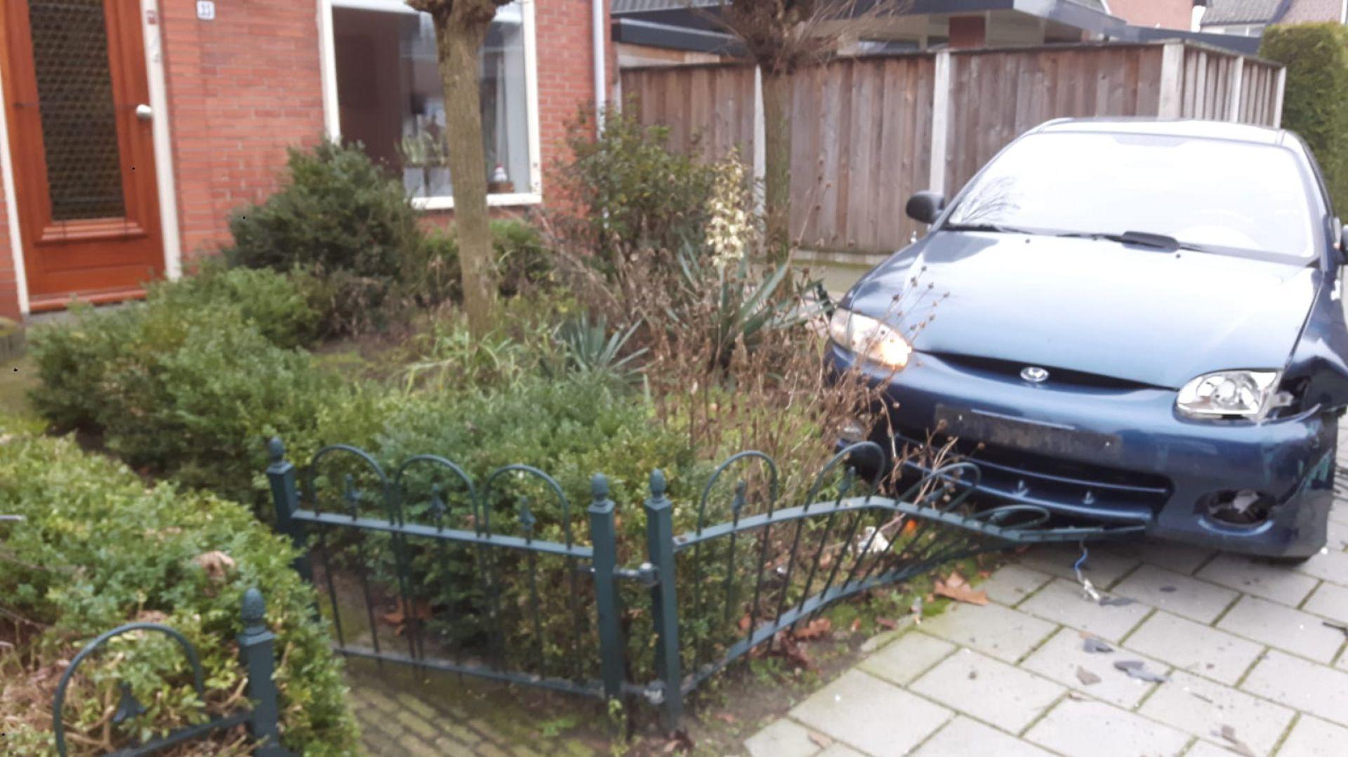 Bejaarde chauffeur rijdt tuin in aan Peperkampweg