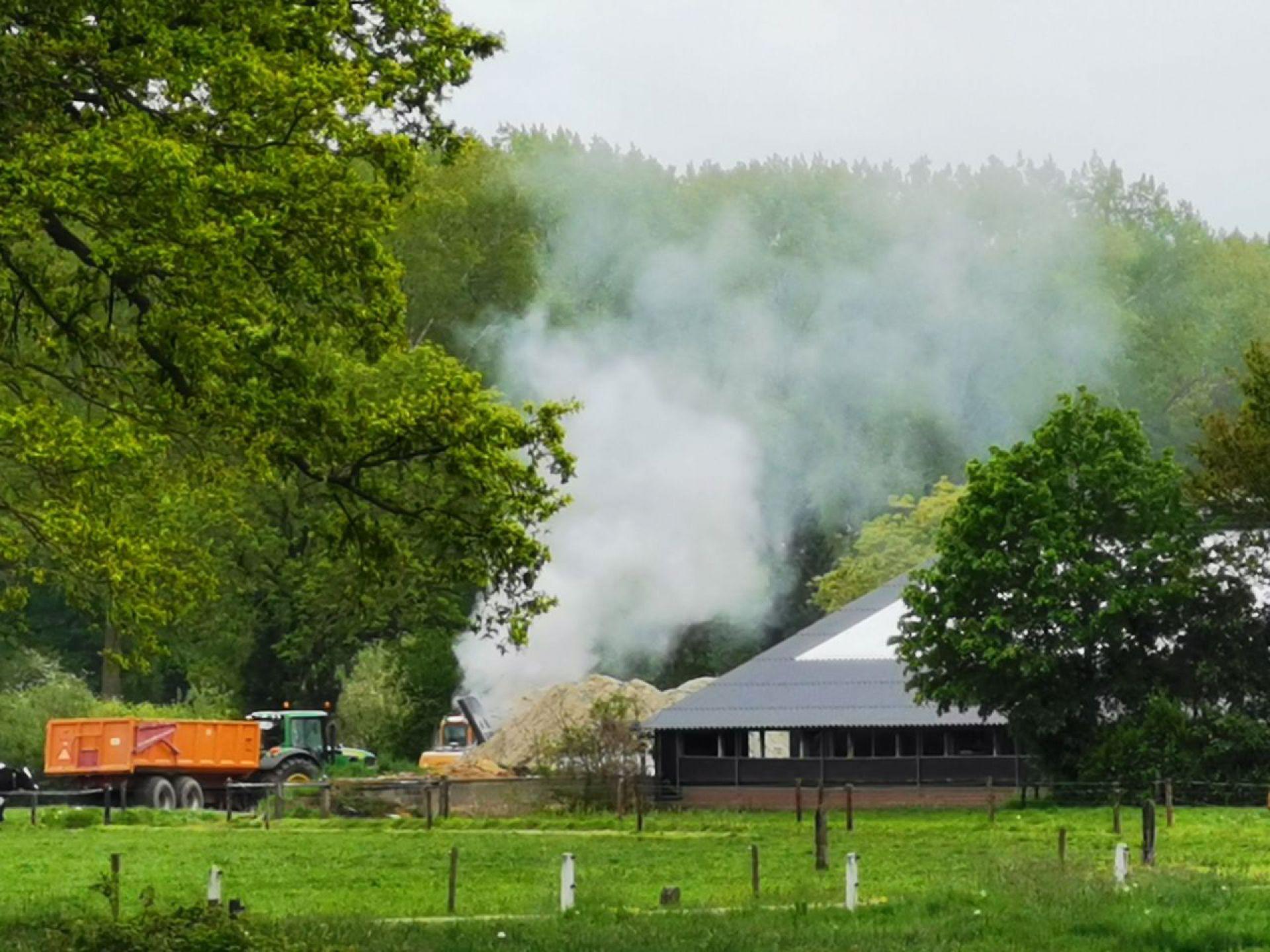 Landbouwvoertuig brandt uit aan Hengelosestraat Delden