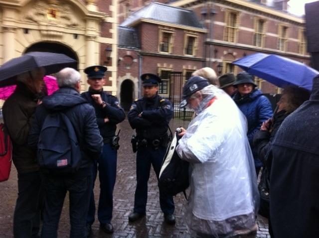 Petitie AGH aangeboden in Den Haag - Actiegroep weggestuurd van Binnenhof