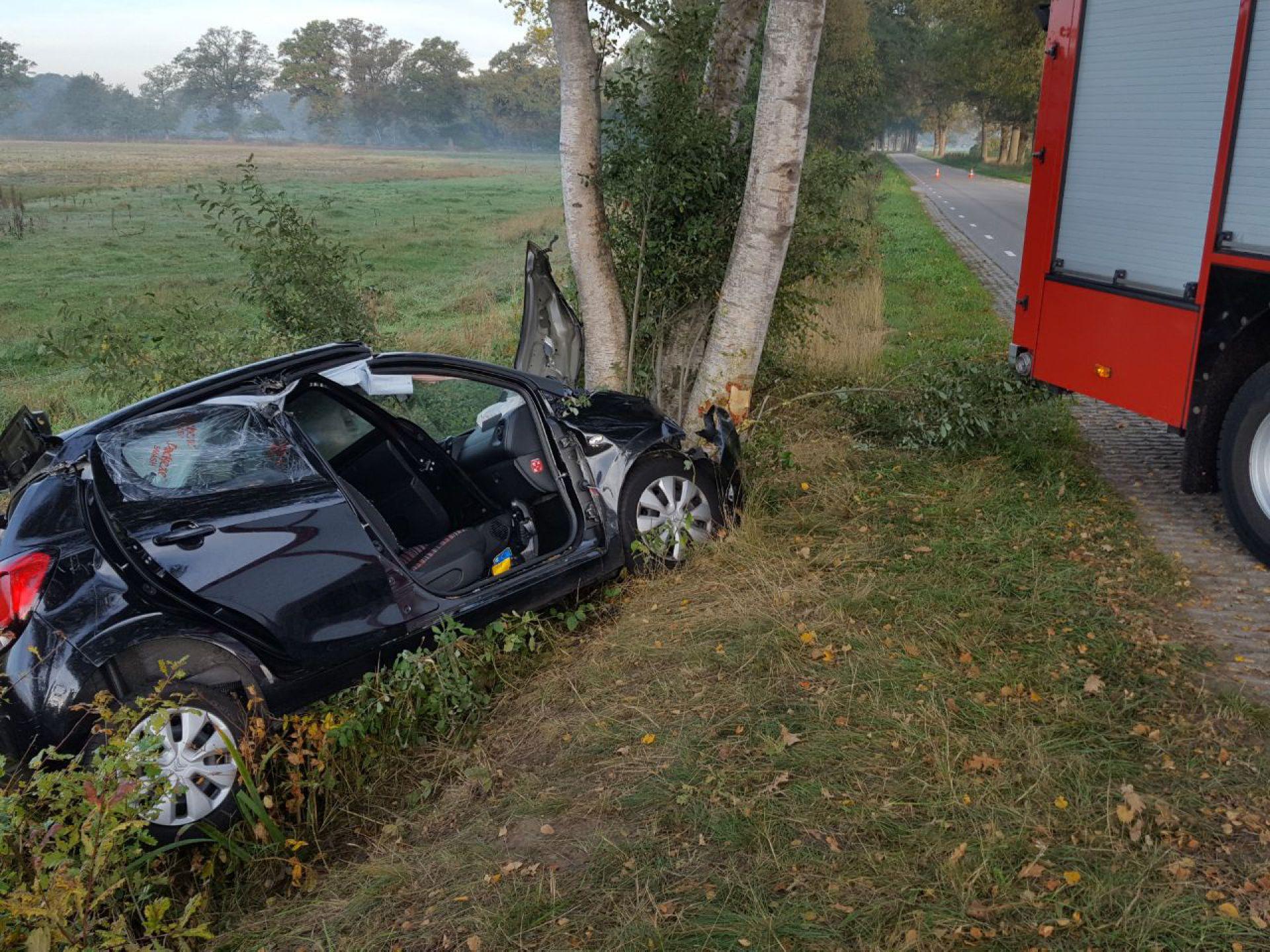 Brandweer bevrijdt bestuurder uit voertuig aan Rijssenseweg in Ambt Delden