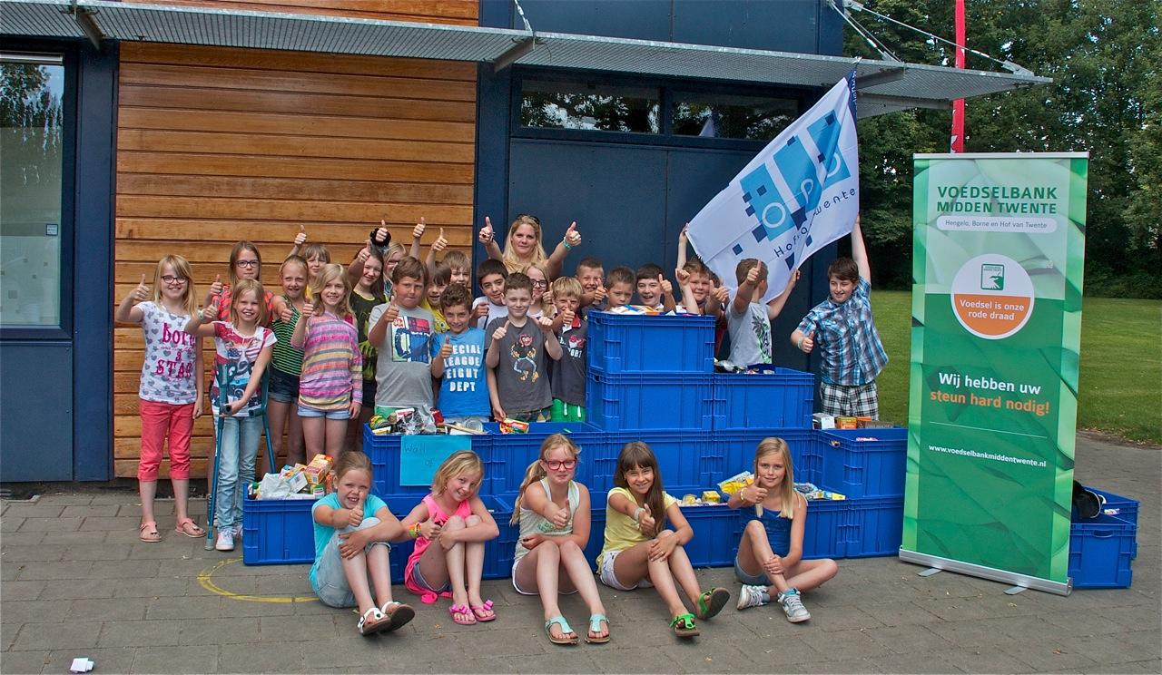 Scholen rondom Delden bouwen 'wall of food' voor voedselbank