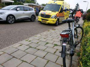 Fietser botst op auto in Delden en moet naar ziekenhuis