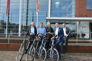 College neemt elektrische fietsen in ontvangst
