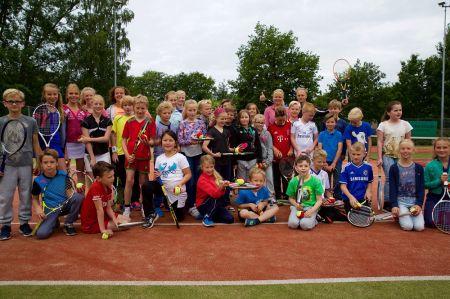 Basisscholieren Erve Hooyerinck maken kennis met tennis