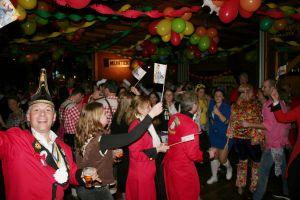 Alex komt tijdens carnaval naar Delden met 'Een Bossie Rooie Rozen'
