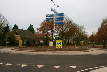 Rotondes op Europalaan Delden kleuren rood-wit-blauw