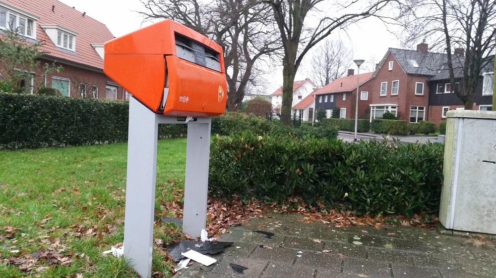 Vandalen blazen postbus op aan Wilhelminastraat in Delden